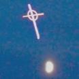 【画像】欧米で続く目撃例...空に浮かぶ「謎の十字架」は人類への警告か!?