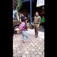 1日で100万回再生!! 右足のない物乞い少年を警察が注意すると19秒で足が生えてきた動画