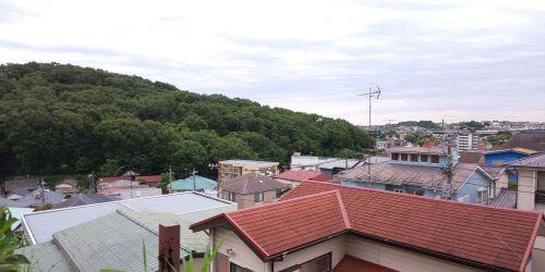 住宅街の中に岩崎の自宅はあった(筆者撮影)