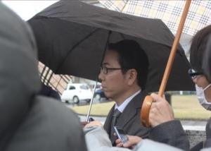 取材に応じるAKS代理人の遠藤和宏弁護士=29日午前11時50分、新潟市中央区の新潟地裁前。