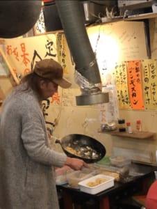 テイクアウトは客が持参したタッパーに天野さんが調理したての料理を盛りつけます。