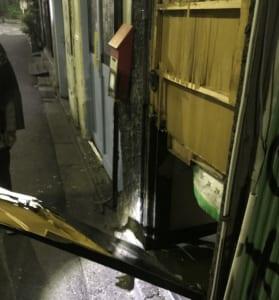 ドアを壊されたゴールデン街のバー。(撮影・編集部)