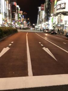 緊急事態宣言時の歌舞伎町靖国通り。車通りがほとんどない。歌舞伎町内のパチンコ店は閉まっていた。(撮影・編集部)