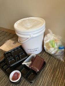 韓国の隔離施設では、各部屋のゴミは自分で分離し、医療廃棄物用の白い容器に密封する(A氏撮影)
